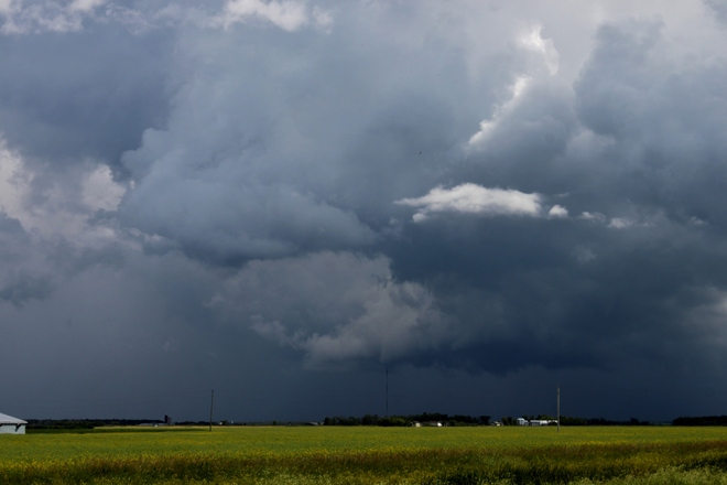 Wall cloud descends Niverville, Manitoba Canada
