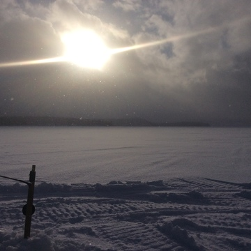 Soleil, nuages et gros flocons