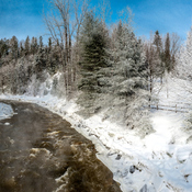 Photo panoramique de la rivière Pozer par un -20 Celsius