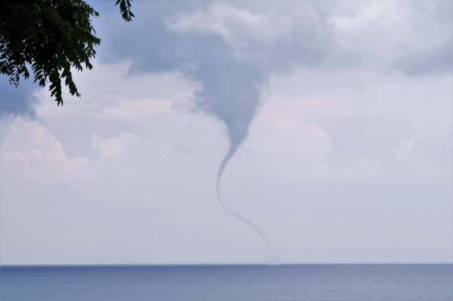 Waterspout on Lake Erie 530 Ryerse Blvd, Simcoe, ON N3Y 4K2, Canada